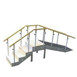 Escalera con rampa metálica y pasamanos regulable