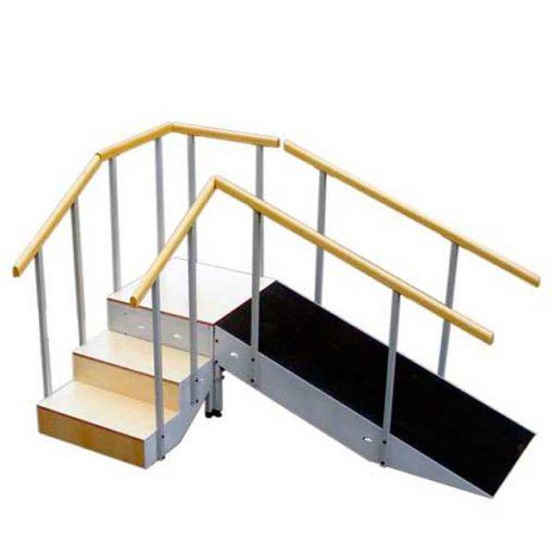 Escalera con rampa metálica y pasamanos fijo